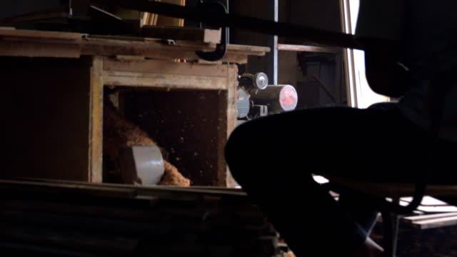 stockvideo's en b-roll-footage met 4k, timmerwerk workshop routine. - houten vloer