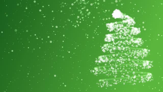 雪と雪の結晶緑の背景を持つ4kクリスマスツリー - クリスマスの飾り点の映像素材/bロール