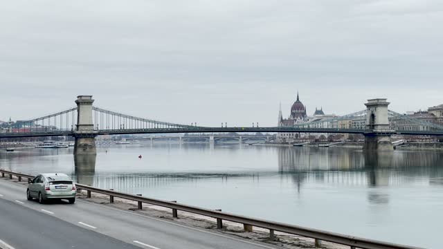 4k city traffic on the danube river and chain bridge during rush hour in budapest in hungary - széchenyi chain bridge stock videos & royalty-free footage