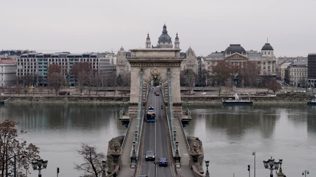 4k city traffic on the danube river and chain bridge during rush hour in budapest in hungary - chain bridge suspension bridge stock videos & royalty-free footage