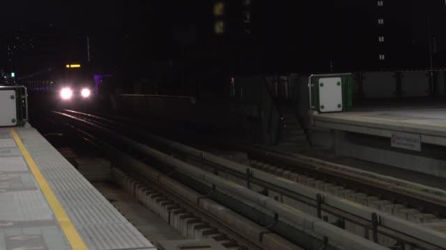 vídeos de stock, filmes e b-roll de 4k: city trem chega à noite - cauda