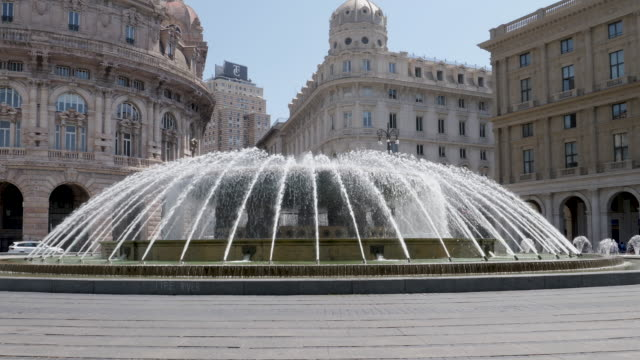 vídeos de stock e filmes b-roll de 4k clip of de ferrari square in genoa with the fountain and walking people - square
