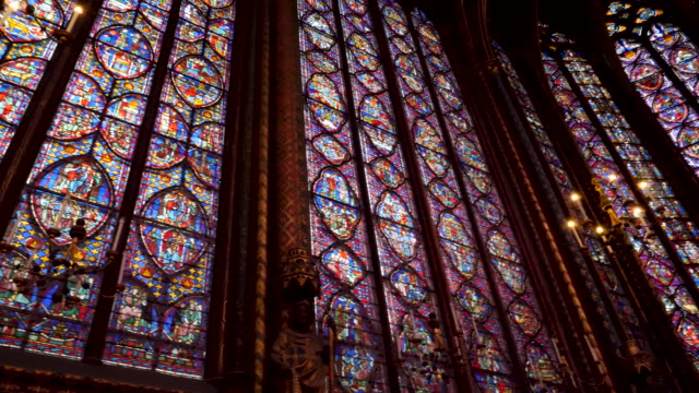 stockvideo's en b-roll-footage met 4k close up of sainte-chapelle ornate interior, 13th-century, gothic chapel with relics & notable stained-glass windows of biblical scenes. paris france - rond de 13e eeuw