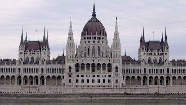 4k close up view of hungarian parliament and danube river, budapest hungary - széchenyi chain bridge stock videos & royalty-free footage