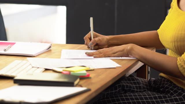 vídeos y material grabado en eventos de stock de 4 escena de k primer plano imágenes de mujer de negocios con traje formal, escribir el documento en el concepto moderno de la oficina, negocio y estilo de vida - instrumento de escribir con tinta