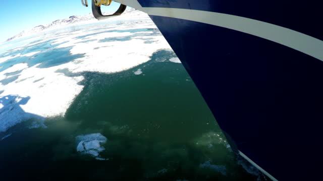 4k: 北海の帆船のクローズアップショット氷を壊す、スバルバール - スヴァールバル諸島点の映像素材/bロール