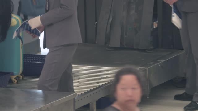 4k: crowd warteschlangen für die sicherheitskontrolle am flughafen - sicherheitsgefühl stock-videos und b-roll-filmmaterial