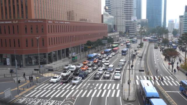 4 k クロス徒歩ソウル駅で人々 の混雑 - 十字架点の映像素材/bロール
