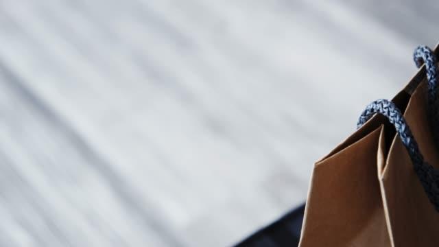 images 4k DCI de papier de sac à provisions sur une couleur brune