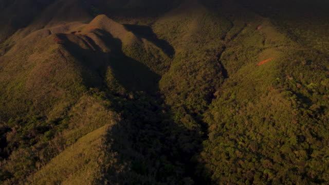 vídeos y material grabado en eventos de stock de 4k descending aerial view of lush green island mountains and forest - territorios franceses de ultramar