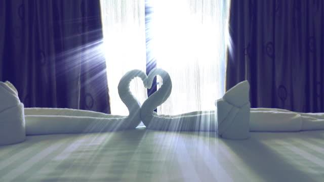 4k DOLLY: Gardinen flattern im Schlafzimmer.