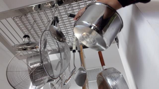 stockvideo's en b-roll-footage met 4 k dolly schot: commerciële keuken - gereedschap