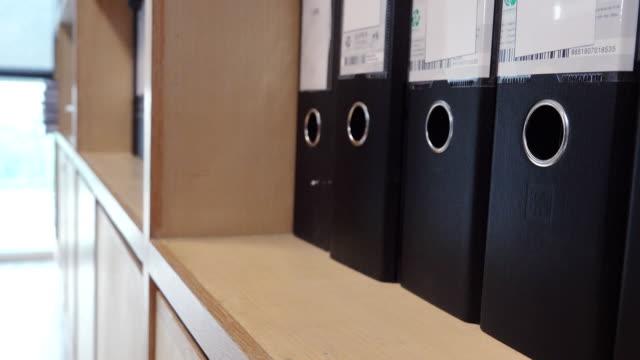 4 k ドリー ショット: ドキュメント ファイル - ホッチキス点の映像素材/bロール