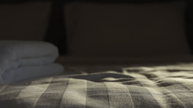 vídeos y material grabado en eventos de stock de 4k: dolly tiro movimiento de dormitorio - dormitorio habitación