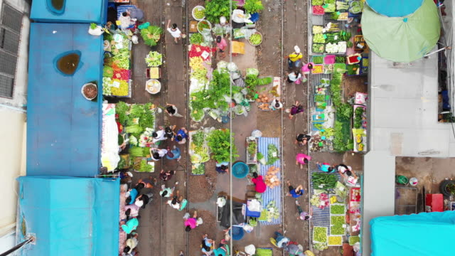 4k, dolly shot raw food stall market in the city. - drone point of view stock videos & royalty-free footage