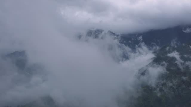 4 k dolly erschossen, time-lapse of misty mountain in sapa vietnam. - sa pa stock-videos und b-roll-filmmaterial