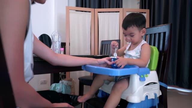4 k Chariot tourné la vidéo du petit bébé sont manger un yaourt