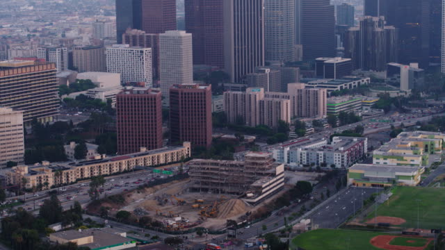 vídeos de stock, filmes e b-roll de 4k na cidade los angeles antena demolido prédio - demolindo