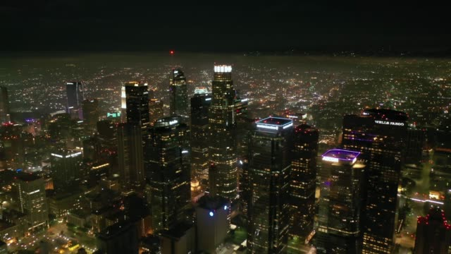 stockvideo's en b-roll-footage met 4k downtown los angeles nacht antenne - us bank tower