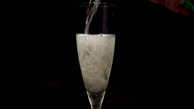 vídeos de stock, filmes e b-roll de 4k drink pouring - flute de champanha