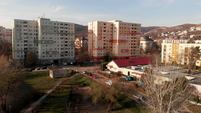 vidéos et rushes de 4k drone aerial view of budaors apartments, homes and tower blocks in the suburbs of budapest, hungary - culture hongroise