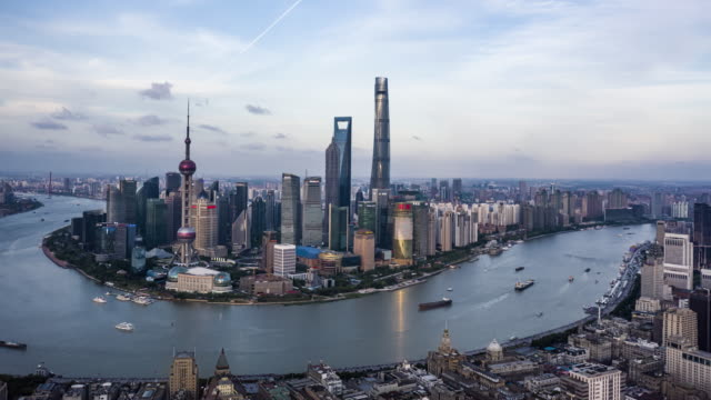 4k drone footage : shanghai skyline - luogo d'interesse internazionale video stock e b–roll