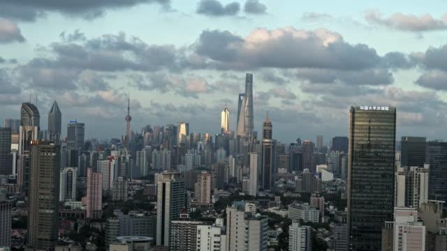 vídeos de stock e filmes b-roll de 4k drone footage : shanghai skyline - linha do horizonte sobre terra