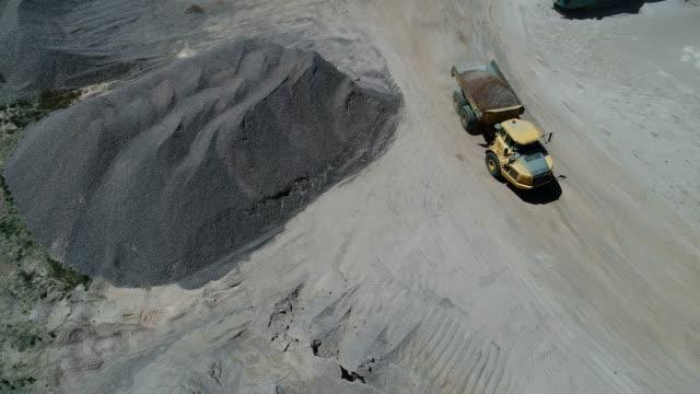 vídeos de stock e filmes b-roll de 4k drone gravel quarry - escavadora mecânica