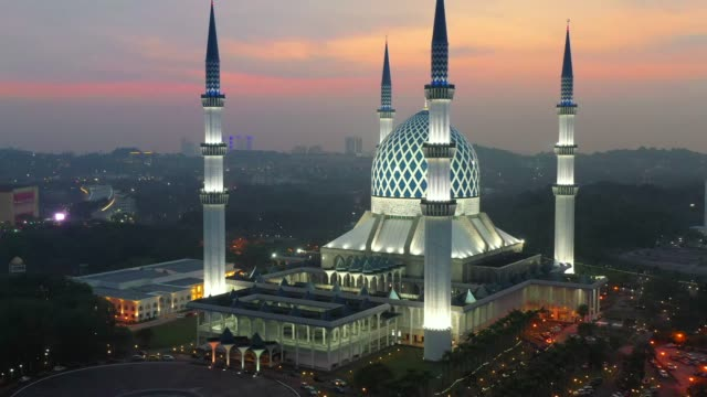 4k drone movie view sunset scene of masjid sultan salahuddin abdul aziz shah or blue mosque in shah alam ,selangor, kuala lumpur, malaysia. - mosque stock videos & royalty-free footage