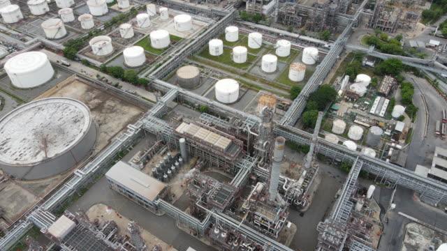 4k drone pov flyger realtid videovisning som visar miljön av råolja industrin och gas petrokemiska industri och raffinaderi fabrik i asien - oljeindustri bildbanksvideor och videomaterial från bakom kulisserna