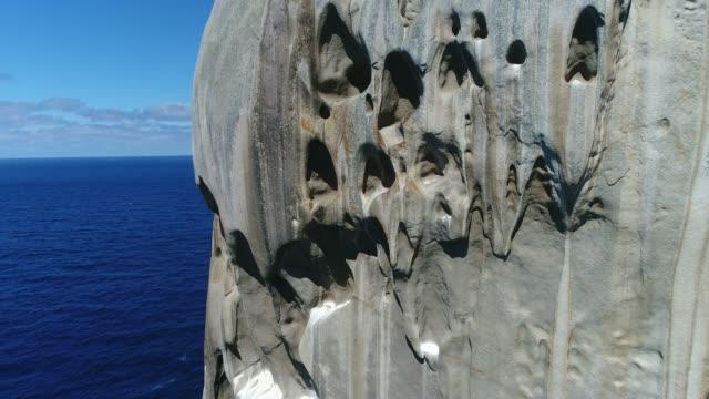 vidéos et rushes de 4k drone rock island ocean - rock face