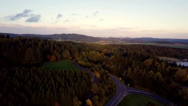 4k beschossen drohne road trip und natur nurburg sonnenuntergang, deutschland. - rheinland pfalz stock-videos und b-roll-filmmaterial