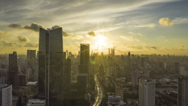 vidéos et rushes de 4k drone time-lapse footage : magnificent sunrise glow over shanghai city - aube