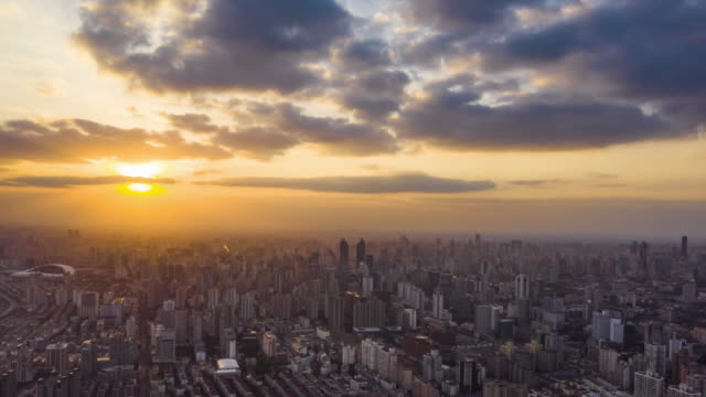 vídeos de stock e filmes b-roll de 4k drone timelapse footage: magnificent sunset glow over shanghai city - no alto