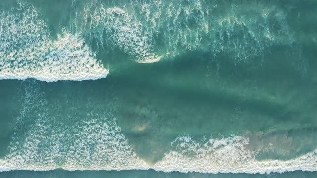4k drohne videoaufnahmen von meereswellen, die gegen die küste brechen - brandung stock-videos und b-roll-filmmaterial
