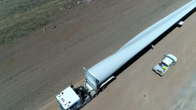 vídeos y material grabado en eventos de stock de 4k drone wind farm and blades on truck - hélice pieza de máquina