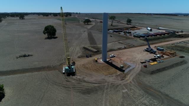 4k drone wind farm - lama oggetto creato dall'uomo video stock e b–roll