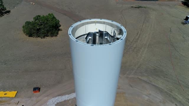 vídeos de stock, filmes e b-roll de 4k drone wind farm - brightly lit