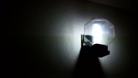 vídeos y material grabado en eventos de stock de 4 bombilla eléctrica k parpadea - reflector luz eléctrica