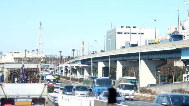 4 k: 日本の高速道路の車。