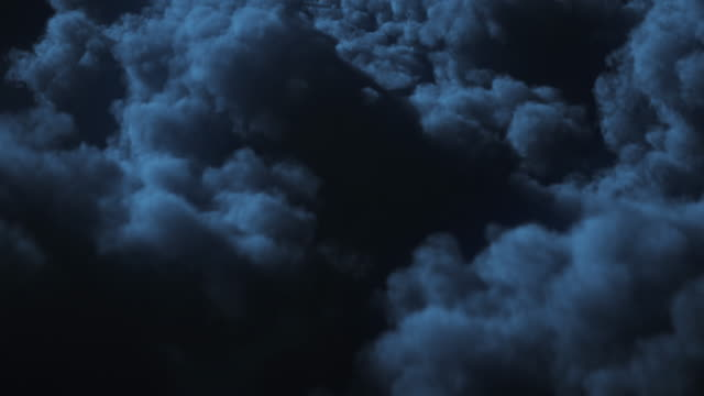 vídeos de stock e filmes b-roll de 4k flying over clouds at night background - loopable - dark, sleep, moonlight - no alto