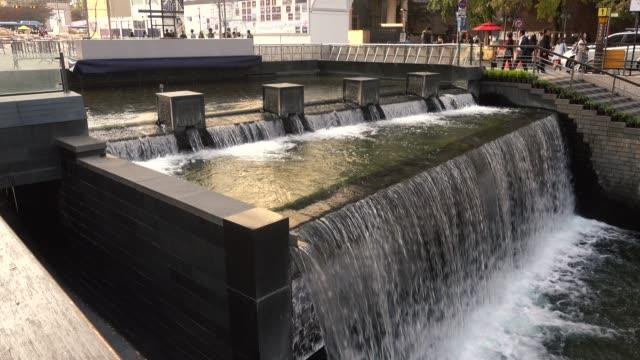 vidéos et rushes de 4 séquences de k à cheonggyecheon stream gwanggyo bridge en corée du sud - lieu de tournage non us