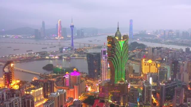 4k aufnahmen von luftaufnahme von macau über der stadt während der nachtzeit. reiseziel und sehenswürdigkeiten - macao stock-videos und b-roll-filmmaterial