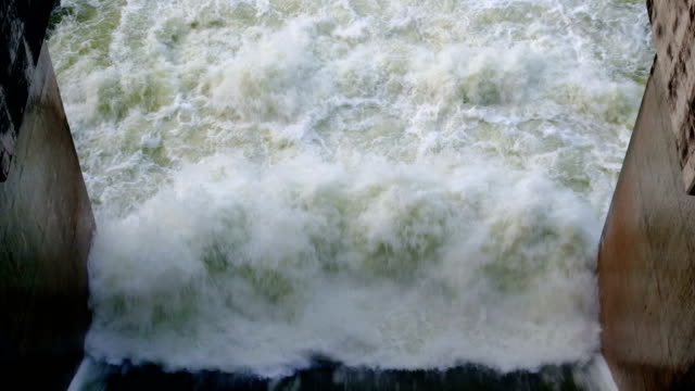 vidéos et rushes de 4 images de k du déversoir du barrage hydroélectrique en thaïlande - barrage