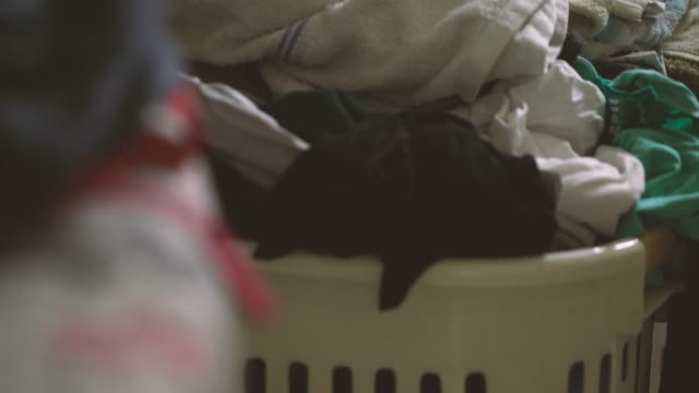 vídeos de stock e filmes b-roll de 4k footage of messy clothes - manchado sujo