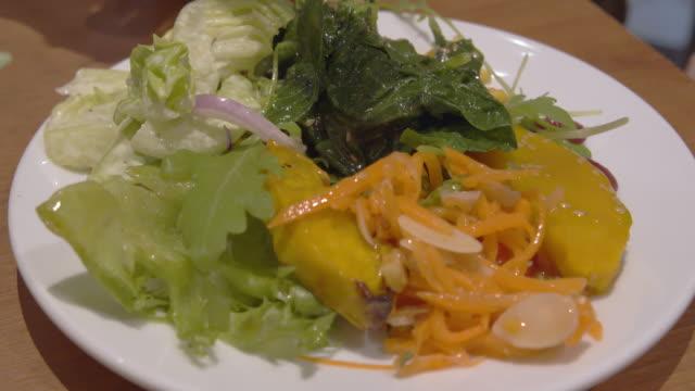 4 k Aufnahmen von frischem Gemüsesalat Mix