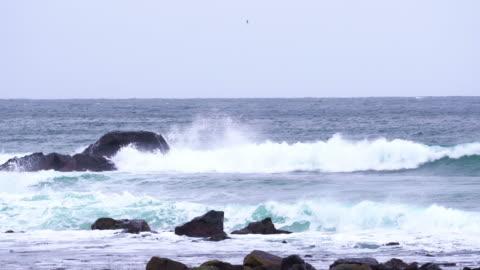 stockvideo's en b-roll-footage met 4k beelden van de golven breken met stormachtige zee op de achtergrond - tegenspoed