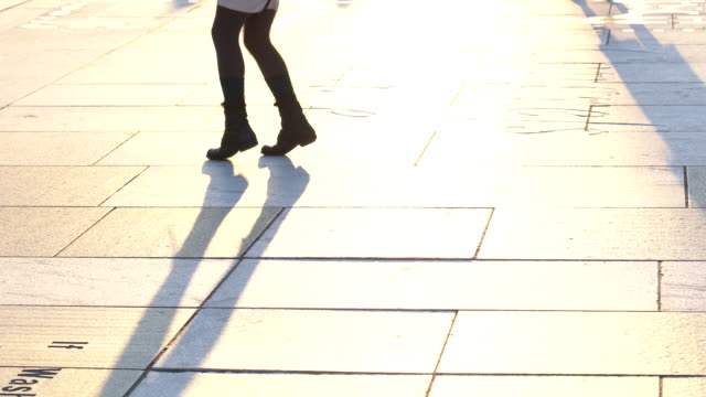 vídeos de stock e filmes b-roll de 4k footage scene closeup legs of woman dancing step at freedom plaza, pennsylvania, washington, d.c., usa, american style and music tradition concept - street dance