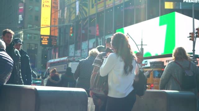 die 4k fußmiserszene, die von fußgängern zu fuß zu fuß zu fuß stattfindet, überragt die straßenkreuzung mit dem auto in stoßzeiten in der times square, new york, usa. reise-und gewerbeflächenkonzept - einkaufszentrum stock-videos und b-roll-filmmaterial