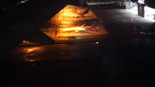 4 k filmmaterial szene flugzeug fliegt über die stadt in der nacht vor der vorbereitung bis zur landung der flughafen, reise und transport-konzept - abheben aktivität stock-videos und b-roll-filmmaterial